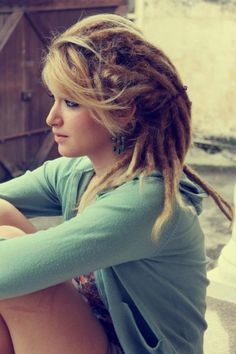 I personally love girls with dreads. Think they look amazing [face_drooling] made this thread before dont care (white women look better with dreads imo) Cute Dreads, Pretty Dreads, Beautiful Dreadlocks, Blonde Dreads, Dreads Girl, Hippie Dreads, Dreadlock Hairstyles, Messy Hairstyles, Rasta Girl