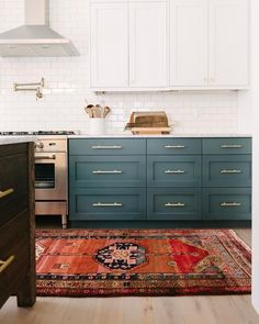 In a farmhouse design, the side table seems to have important roles that are unreplaceable. The farmhouse side table is New Kitchen, Kitchen Dining, Kitchen Decor, Interior Rugs, Interior Exterior, Farmhouse Side Table, Style Deco, Decoration Inspiration, Decor Ideas