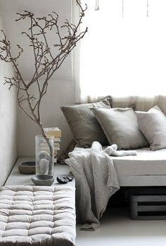 Decoration of a Sofa Corner with natural materials and colours via Silver blonde