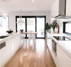 Perfect kitchen - White open plan kitchen dining room with French influence Open Plan Kitchen Living Room, Home Decor Kitchen, Home Kitchens, Dining Room, Küchen Design, Home Design, Home Interior, Kitchen Interior, Modern Kitchen Design