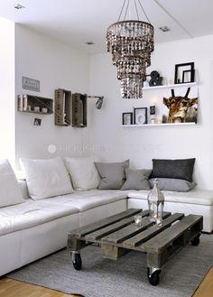 Rustykalny stolik do kawy w salonie