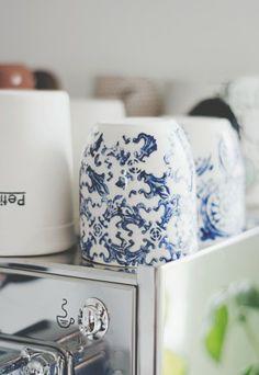 Dans la cuisine de Julie : tasses Art et Manufacture  #danslamaison #deco #artetmanufacture  Photo par lesmursblancs.ca