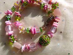 Wunderschönes  Muranoglas in rosa und grün umrahmt die von mir mit hunderten kleiner Roccaille beperlete Fokalperle  in diesem Traumschmuck. Es gibt v