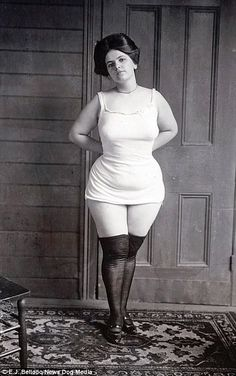 Intimate photos from a Century ago show New Orleans' most famous madams flashing their wealth and prostitutes posing semi-nude in decadent and legal brothels Diane Arbus, Vintage Photographs, Vintage Photos, Victorian Photos, Vintage Girls, Vintage Outfits, Saloon Girls, Vintage Burlesque, Intimate Photos