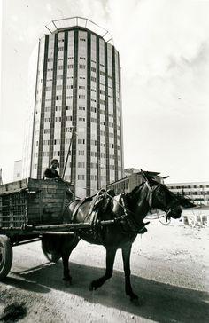 Un carro pasa por delante de La Paz, en 1965. / santos yubero