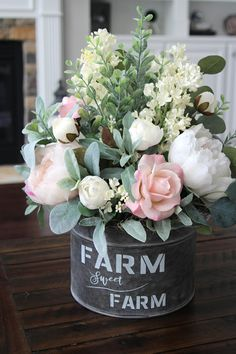 Rustic farmhouse decor is beautiful in any season, but it is especially spectacular in spring! If you are looking for Catchy Farmhouse Spring Decor Ideas to your home. Country Farmhouse Decor, Rustic Decor, Farmhouse Ideas, Farmhouse Style, Antique Farmhouse, Country Chic, Urban Farmhouse, Modern Country, Modern Rustic