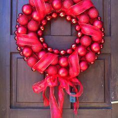 Plastoformo pintado con rojo, luces rojas, adornos rojos, cinta roja navideña, adhesivo (hot glue) y listo! Feliz Navidad!