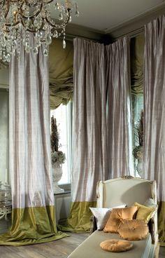 Обилие струящихся тканей, затейливо задрапированных гардин — также характерные черты барочного интерьера