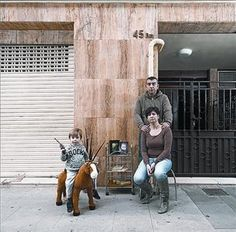 El Espai Mercè Sala acoge hasta el 27 de septiembre un reportaje fotográfico de Andrea Lolicato sobre la historia de 18 familias de las áreas metropolitanas de Madrid y Barcelona afectadas por la crisis hipotecaria