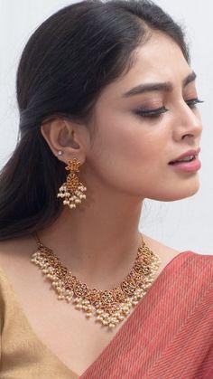 Indian Jewelry Sets, Indian Wedding Jewelry, Bridal Jewelry Sets, Jewelry Design Earrings, Gold Jewellery Design, Necklace Designs, Gold Jewelry, Fancy Jewellery, Jewelry Stand