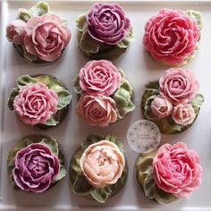 Flower beanpaste. #buttercreamflowers #beanpaste #butterblossom #beanpasteflower #beanpasteflowercake #cupcakeflowers #cakeflowers #flowercupcakes #cakeinspiration #wiltoncakes