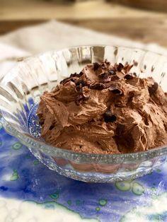 Choko-kokos-drøm - en lækker sukkerfri dessert. Brug den som chokolademousse eller som lækker choko-dip til fx frugt. Mælkefri opskrift --> Madbanditten.dk