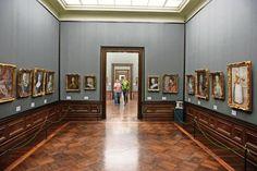 Gemäldegalerie Dresden mit den legendären Dresdner Galerierahmen. Mehrere hundert dieser Rahmen, mit Herrschermonogramm und königlich-churfürstlichen Wappen wurden von den Holzbildhauern Matthäus Kugler und Joseph Deibel geschaffen und geben der Galerie ein gleichförmiges Aussehen.