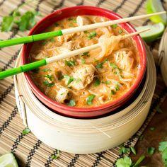 Rettung für deinen verregneten Feierabend: In nur 25 Minuten werden Hähnchen, rote Currypaste, Kokosmilch und Glasnudeln zur Seelenwärmer-Suppe.