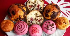 Túrós muffinok tésztája reszelt citromhéjjal, valamint reszelt csokoládéval és vörös áfonyával van ízesítve. Muffin, Breakfast, Food, Morning Coffee, Essen, Muffins, Meals, Cupcakes, Yemek
