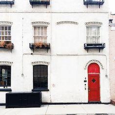 によるInstagramの写真ficklekitten - . a red door in the private alley . . 赤いドアがあるグリニッチのプライベートストリート .