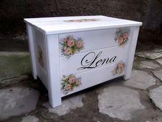 Skrzynia, kwity, malowana skrzynia, przechowywanie, ława. Zobacz więcej na: https://www.homify.pl/katalogi-inspiracji/18835/dzien-kobiet-w-aranzacji-wnetrz-kwiaty-ktore-nigdy-nie-zwiedna