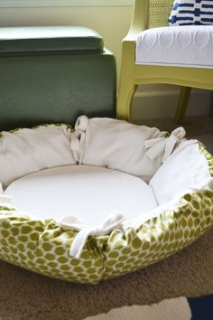 DIY: Round Pet Bed. YESSSSS Been looking for this forever. Going to make a new bed :)