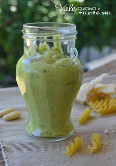 Pesto di zucchine e mandorle ricetta base facile e veloce facilissimo saporito leggero e gustoso pttimo per qualsiasi formato di pasta ma anche con il pane