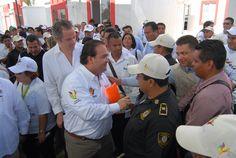 """Muy agradecidos se mostraron con el gobernador Javier Duarte de Ochoa al recibir las escrituras de viviendas del conjunto habitacional """"Arboledas San Miguel"""""""