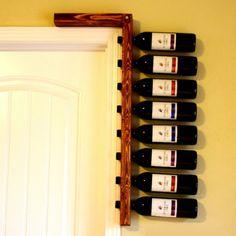 porta vinhos ao lado da porta