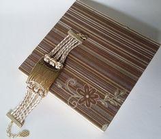 Moderno e estiloso bracelete em couro ecológico dourado e branco com detalhe dourado escuro. <br>Fazemos também em tamanho plus size.