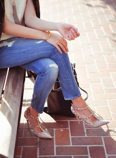 Valentino shoes and jeans Valentino Studded Heels, Valentino Rockstud, Rockstud Shoes, Moda Outfits, Denim Leggings, Sporty Chic, Fashion Outfits, Womens Fashion, Casual Outfits