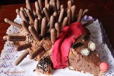 Gâteau  Hérisson  2 fois la recette du gâteau au yaourt ici  avec le zeste d'une orange et du sucre roux à la place du sucre blanc et une poignet de pépites de chocolat 2 boites de Fingers chocolat Vermicel au chocolat 1 chocobon (pour les yeux) coupé en deux 1 fraise pour le nez 2 réglisses Quelques cuillères de Nutella pour la surface Pâte a sucre rouge pour le foulards (pour le cou ,facultatif)