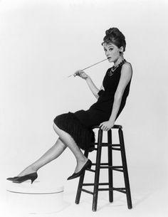"""""""littel black dress. Si Coco fue la encargada de rescatar el color negro, hasta entonces relegado sólo a los periodos de luto, Givenchy lo dotó de sofisticación creando uno de los LBD más famosos de la historia: el que Audrey lució en Desayuno con Diamantes."""