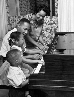 Photos from Martin Luther King Jr.'s remarkable life. Martin Luther King, Coretta Scott King, Black History Quotes, Black History Facts, Art History, History Photos, Ray Charles, Dr Martins, Atlanta
