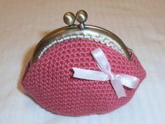 monedero a crochet con lazo rosa donado a la aecc mpara la tea party bilbaop octubre 2014