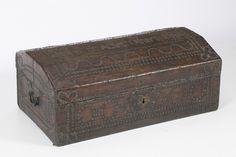 Baúl español en madera recubierta de piel tachonada, de finales del siglo XVIII - primer tercio del siglo XIX