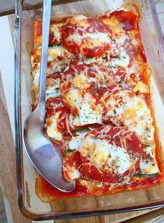 De makkelijkste lasagne ooit 1 courgette - 1 aubergine - 2 grote vleestomaten - passata kan ook) - 8 verse lasagnebladen - hüttenkäse, andere cottage cheese of ricotta - geraspte kaas - 1 bol buffelmozzarella - gedroogde oregano - peper & zout Veg Lasagne, Veggie Lasagna, Moussaka, Bolognese, Ricotta, Pasta Recipes, Dinner Recipes, Good Food, Yummy Food