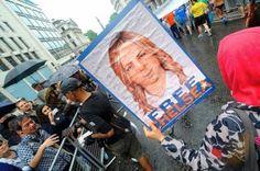 Chelsea Manning ya es libre. La exsoldado ha sido liberada este miércoles de la prisión militar de Fort Leavenworth (Kansas) tras siete años entre rejas por filtrar documentos. En un comunicado publicado hace unos días dio las gracias a sus simpatizantes y dijo que no veía la hora de vivir como una mujer transgénero. El Diario, 2017-05-17 http://www.eldiario.es/cultura/tecnologia/Chelsea-Manning-libre_0_641837034.html