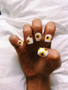 Semi-permanent varnish, false nails, patches: which manicure to choose? - My Nails Cute Nail Art, Cute Acrylic Nails, Ten Nails, Sunflower Nails, Yellow Sunflower, Chrome Nails, Nagel Gel, Perfect Nails, Nails Inspiration