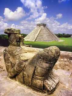 """Los mayas alcanzaron los secretos de la arquitectura monumental, propia de pueblos de elevada civilización. Imagen del Castillo, en Chichén Itzá, ciudad maya de la península de Yucatán. En primer plano un """"chacmol"""" o mensajero divino."""