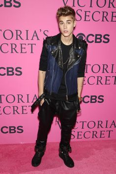 Justin being Justin. Looking especially adorbs on the pink carpet.