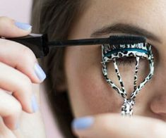 Beauty Tips 26 Mind-Blowing Hacks to Get Flawless Eyelashes Every Time - Get ready to prevent clumps, easily apply false lashes, make your mascara last longer, and more! Kardio Workout, Beste Mascara, Beauty Hacks For Teens, How To Apply Mascara, Applying Mascara, Beautiful Eyelashes, Eye Makeup Remover, Tips Belleza, Natural Makeup