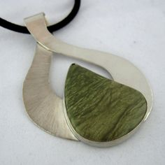 Green Lizard Stone Sterling Silver Ribbon Pendant por asapdesigns, $189.00