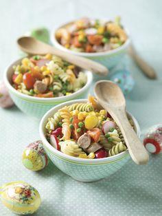 1. Kook de pasta beetgaar in licht gezouten water. Giet ze af en spoel onder koud water. Laat uitlekken. 2. Bak de worstjes gaar in olijfolie. Laat ze uitlekken op keukenpapier. 3. Snij de tomaatjes in 4 partjes en de radijsjes in plakjes. 4. Snij de worstjes in kleine stukjes. 5.