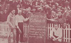 Aficionados del Valencia en un partido contra la Cultural Leonesa, temporada 29-30.