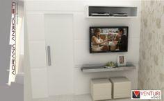 Quarto de Casal  Fixado sobre a parede de alvenaria, o painel de MDF do quarto de casal embute a porta de correr e serve de apoio para a TV e o aparador espelhado.