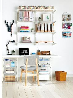 home office neat workspace (via Mi Casa revista) Mesa Home Office, Home Office Space, Home Office Desks, Office Decor, Study Room Design, Kids Bedroom Designs, My Ideal Home, Ideas Para Organizar, Study Areas