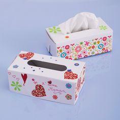 Une jolie façon de présenter vos mouchoirs dans cette boîte en carton à décorer vous-même avec de la peinture, des paillettes, des feutres, des gommettes...