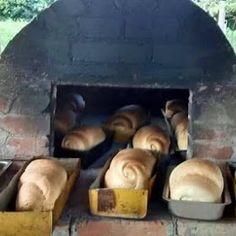 Pão assado no forno à lenha. Tendo um forno no quintal, é simples, só fazer. Receita bem fácil. O sabor do pão é outra coisa!