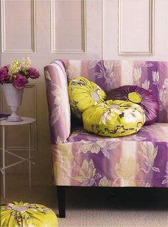 Sofá lilás e almofadas