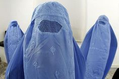 Desde el pasado viernes, las autoridades de una zona de Suiza pueden multar a cualquier ciudadano que lleve puesto un burka. Y en menos de una semana, la norma se ha utilizado para sancionar a dos personas: a una suiza que se convirtió al islam y a un hombre de negocios franco-aregelino en la ciudad