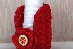 Porta bicchieri a uncinetto - Video Tutorial How to make a crochet cup holder for plastic glasses. Explanations in Italian. Crochet Jar Covers, Door Makeover, Glasses, Video, How To Make, Crafts, Door Types, Confetti, Google