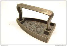 Ancien petit fer a dentelle (fer a repasser) P.G. N°3 . Travail du linge