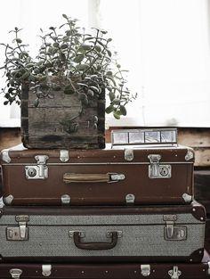 Vanhoista matkalaukuista syntyi  kukkapöytä. Old suitcases in bedroom. | Unelmien Talo&Koti Kuva: Krista keltanen Toimittaja: Jonna Kivilahti